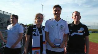 Hector und Mustafi erhalten Auszeichnungen von Fanclub-Mitgliedern