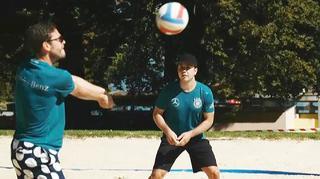 Beach-Volleyball mit Götze, Hector und Höwedes