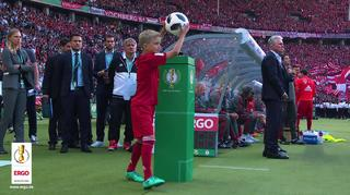 Den DFB-Pokal hautnah erleben – als ERGO-Balltragekind