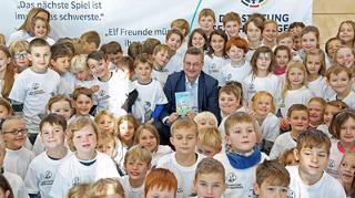 Vorlesetag – Reinhard Grindel besucht die Sepp-Herberger-Grundschule