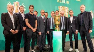 Cup Handover: Der DFB-Pokal ist in Berlin