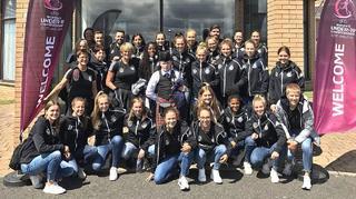 Dudelsack und Sonnenschein:  Ankunft der U 19-Frauen in Schottland