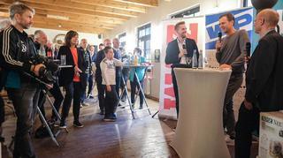 Bierhoff trifft 80 Fans in Ente Lippens′ Kneipe