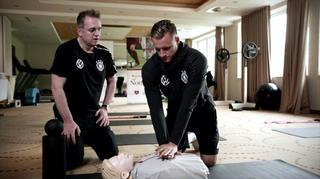 DFB und Deutsche Herzstiftung: Herzdruckmassage mit Dr. Tim Meyer und Bernd Leno