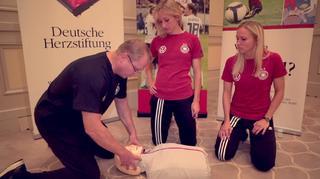 DFB und Deutsche Herzstiftung: Herzdruckmassage mit Kathrin Hendrich und Turid Knaak