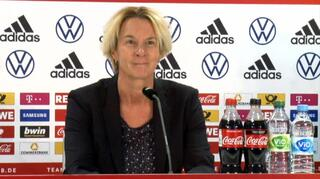 PK nach dem Irland-Spiel mit Martina Voss-Tecklenburg