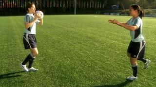 11 + Teil 2:  Einbeinstand – Ball gegenseitig zuwerfen