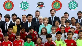 DFB und DFL informieren Merkel und Xi über chinesisch-deutsche Fußball-Projekte