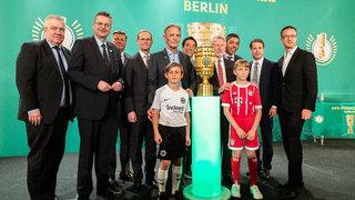 Cup Handover in Berlin: Pokal in der Hauptstadt angekommen