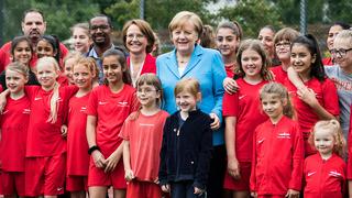 Bundeskanzlerin Merkel und Cacau besuchen Viktoria Mitte