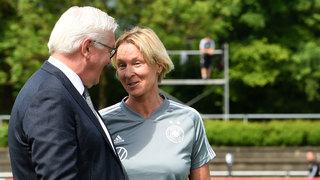 Bundespräsident Steinmeier besucht DFB-Frauen in Grassau