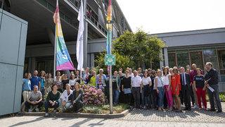 Zeichen für Vielfalt: Dr. Curtius hisst Regenbogenfahne vor dem DFB