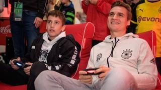 eNationalspieler im Fan Club-Zelt
