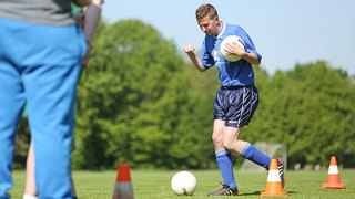 Inklusionsfußball: Vielseitig das Dribbling verbessern