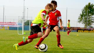 Individualtaktik im Kinderfußball: Das offensive 1 gegen 1 schulen