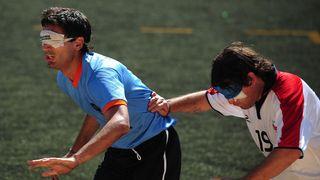 Blindenfußball: Partnerübung mit VOY