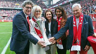 Ullrich hat DFB-Pokal in Köln übergeben