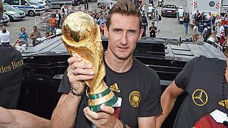 WM-Auslosung: Klose bringt den Pokal