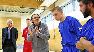 Ewald Lienen spricht Inhaftierten Mut zu