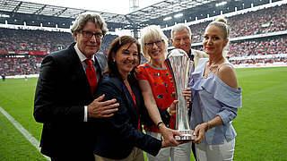 Heike Ullrich übergibt DFB-Pokal in Köln