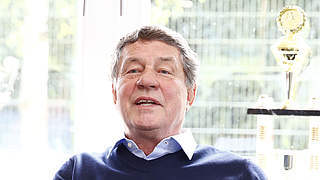 Rehhagel trainiert Autoren-Nationalmannschaft gegen Norwegen