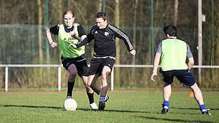 Ball behaupten mit Gegner im Rücken