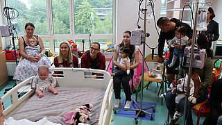 Benkarth und Knaak besuchen Kinder in Krankenhaus in Lille