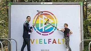 Zeichen für Vielfalt: Regenbogenfahne vor dem DFB