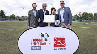 UEFA spendet 45.500 Euro für LitCam-Projekt Fußball trifft Kultur