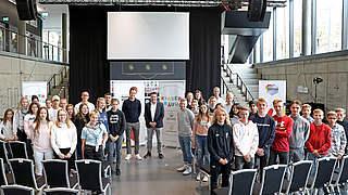Initiative Kinderträume: Bierhoff und Osnabrügge treffen Schulklassen
