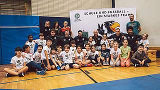 Video: Fünf Nationalspieler besuchen Grundschule in Düsseldorf
