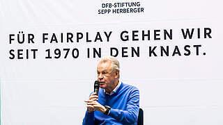 50 Jahre nach Herberger: Hitzfeld trifft Strafgefangene