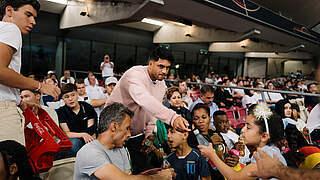 Ab ins Stadion: Nationalspieler Amiri lädt 43 Geflüchtete ein
